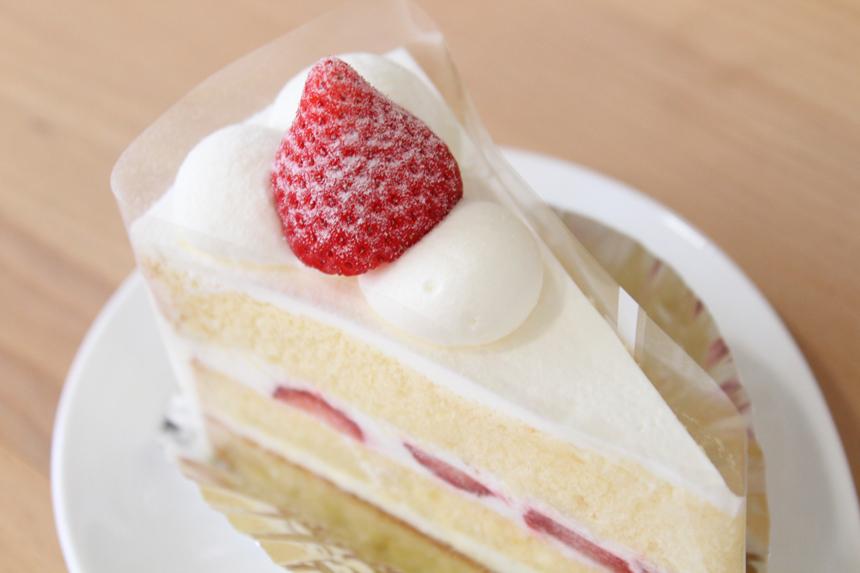 ★ショートケーキ:甘酸っぱい苺を当店自慢のふんわりスポンジと北海道産生クリームでサンドしました。
