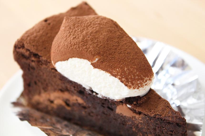 ★クラシック:しっとり濃厚なガトーショコラ。ほんの少しビターチョコレートを混ぜてほろ苦く仕上げました。