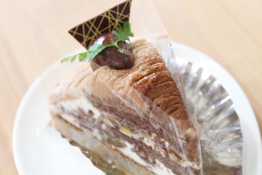 ★モンブラン:しっとり、サクッとした食感のタルトにチョコスポンジとクリをサンドし、フランス産マロンクリームをしぼりました。