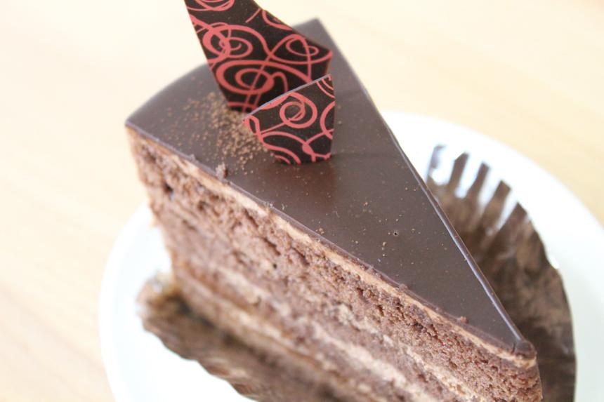 ★ショコラ:チョコチップ入りチョコ生クリームをサンドして、ガナッシュ(濃厚なチョコレート)をかけました。