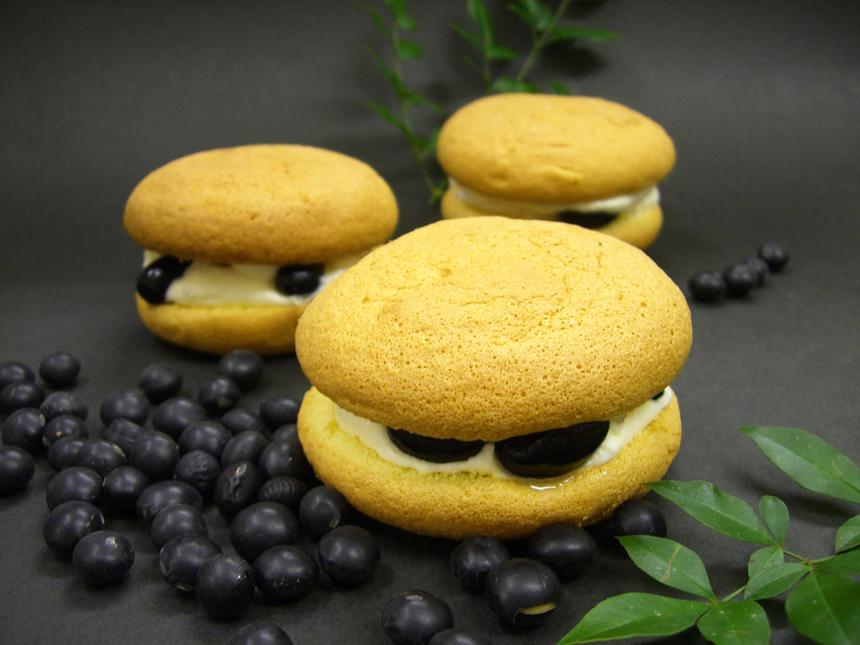 ★黒豆ぶっせ:日本人になじみ深い黒豆を使用。ミルク風味のクリームとふわふわ軽い食感が特徴です。