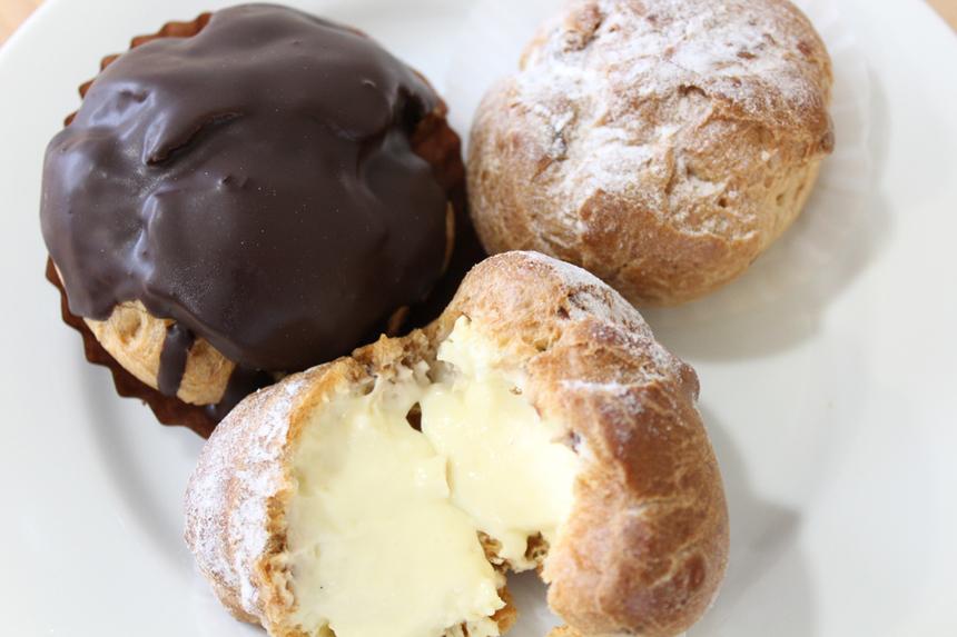★くるみシュー:カリフォルニア産のくるみを軽くローストし、シュー皮に入れて焼き上げました。中はトロッとしたカスタードクリームです。 <br />★チョコシュー:くるみシューにパリッとしたチョコレートをコーティングしました。
