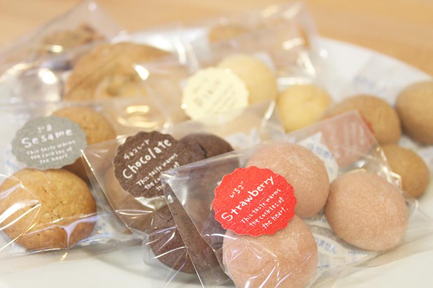 ★クッキー類:かわいいひとくちサイズに焼きあげました。(バタークッキーと苺クッキーは卵不使用です)