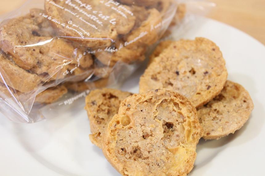 ★シューラスク:シュー皮に砂糖、ヘーゼルナッツ、シナモン、バターなどを混ぜ合わせたものを薄く塗り、サクサクに焼きあげました。